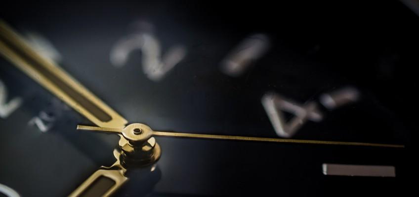 Uhr zeigt 9 Uhr an