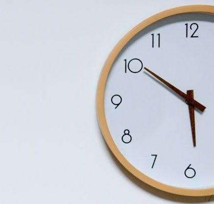 Uhr zeigt die Uhrzeit zehn vor sechs an