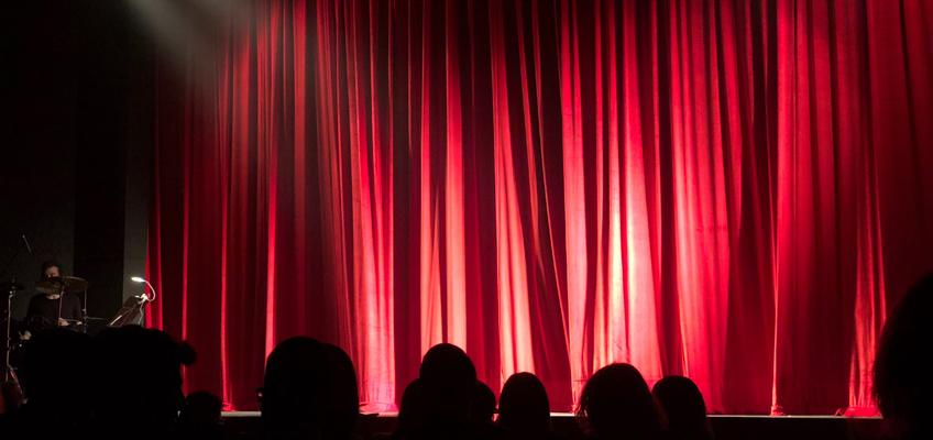 Geschlossener roter Bühnenvorhang