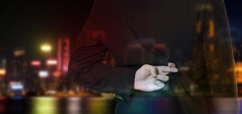 Mann hält verschränkte Finger hinter dem Rücken