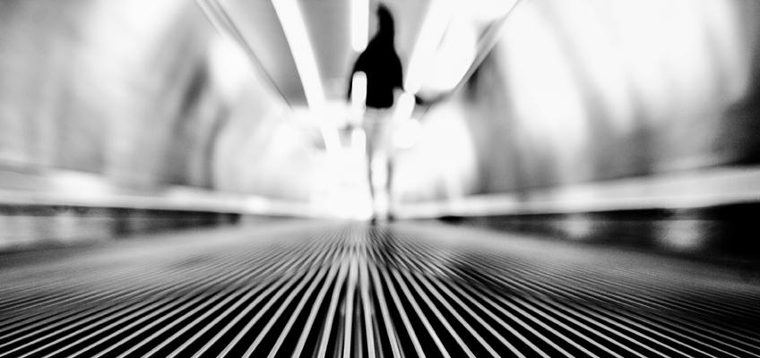 Verschwommene Person auf Rolltreppe