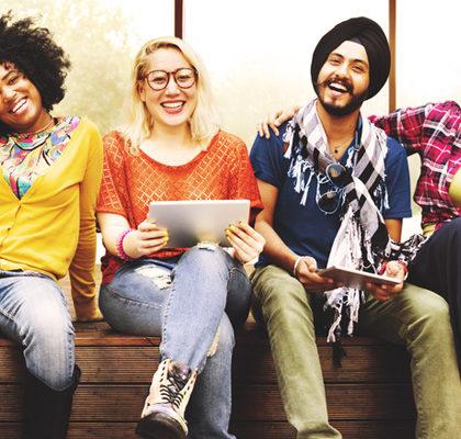Junge Leute sitzen auf Bank