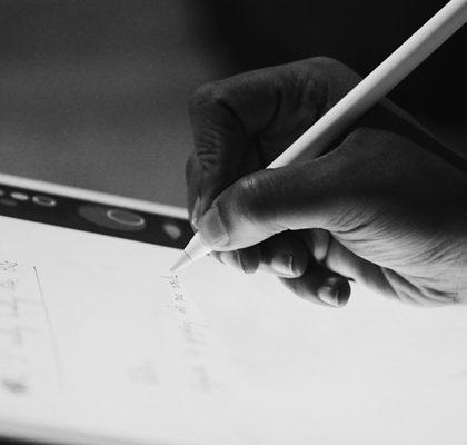 Frau schreibt mit Pencil auf Tablet