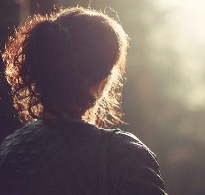 Frau schaut in die Ferne
