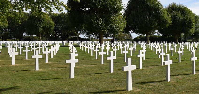 Friedhof mit vielen weißen Kreuzen als Grabsteine