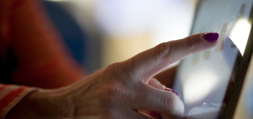 Frau tippt mit Finger auf Display