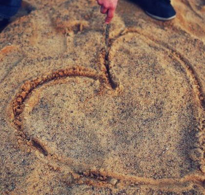 Gezeichnetes Herz im Sand