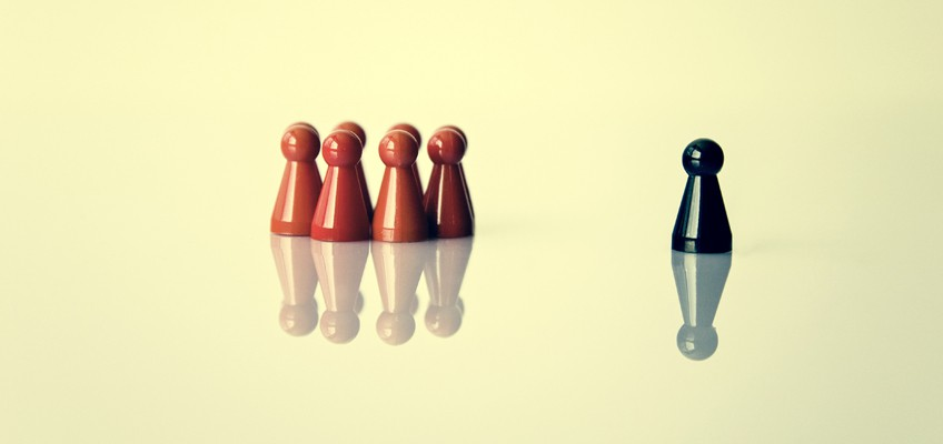 Mensch ärgere dich nicht-Spielfiguren als Gruppe mit einem Außenseiter