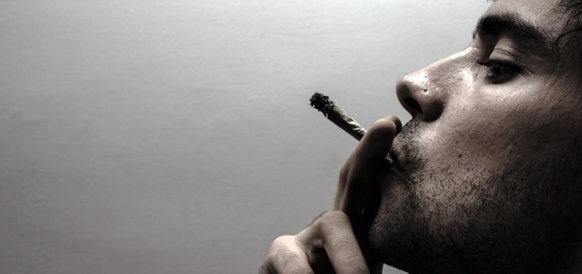 Mann mit Joint im Mund