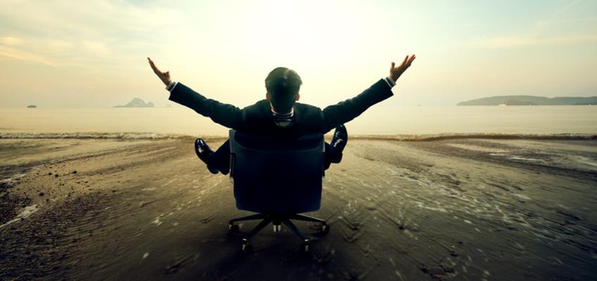 Mann im Stuhl breitet Arme aus