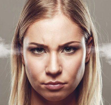 Dampf aus den Ohren einer Frau