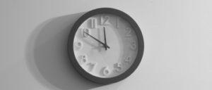 Uhr zeigt 10 vor 12