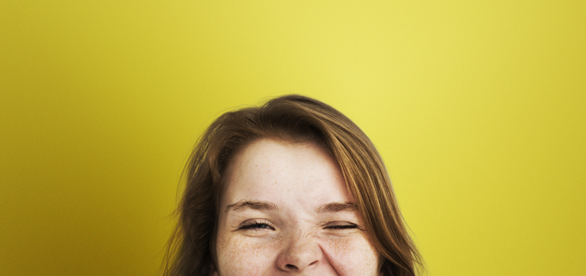 Mädchen lacht happy