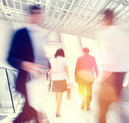 Mehrere Personen auf dem Büroflur