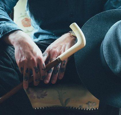 Tätowierter Mann auf Stuhl