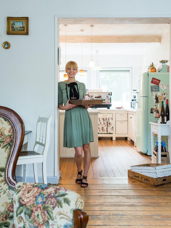Jasmin Kurka (amelie Cafe & Dekoration, Saarlouis): Hinter türkis gestrichenen Fensterländen hat die gelernte Veranastaltungskauffrau etwas für die Region Ungewöhnliches erschaffen: ein zuckersüßes Paradies für Flohmarktliebhaber und Fans hausgemachter Kuchen.