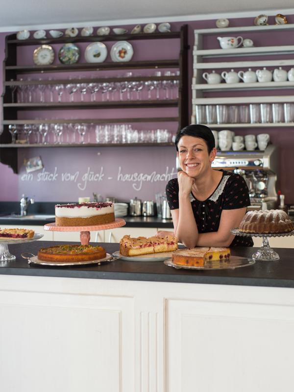 Stefanie Leiter (café glücklich, Ravensburg): In ihrem farbenfrohen café glücklich sieht es jede Woche anders aus. Ob Tische, Stühle oder Blechschilder – bis auf die Kaffeemaschine kann man die gesamte Einrichtung kaufen.