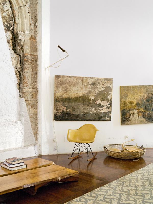 Der Architektin Benedetta Tagliabue aus Barcelona kamen beim Renovieren gotische Bögen zum Vorschein und in der Gartenmauer zwei Bilder, die nun bei ihr im Wohnbereich hängen.