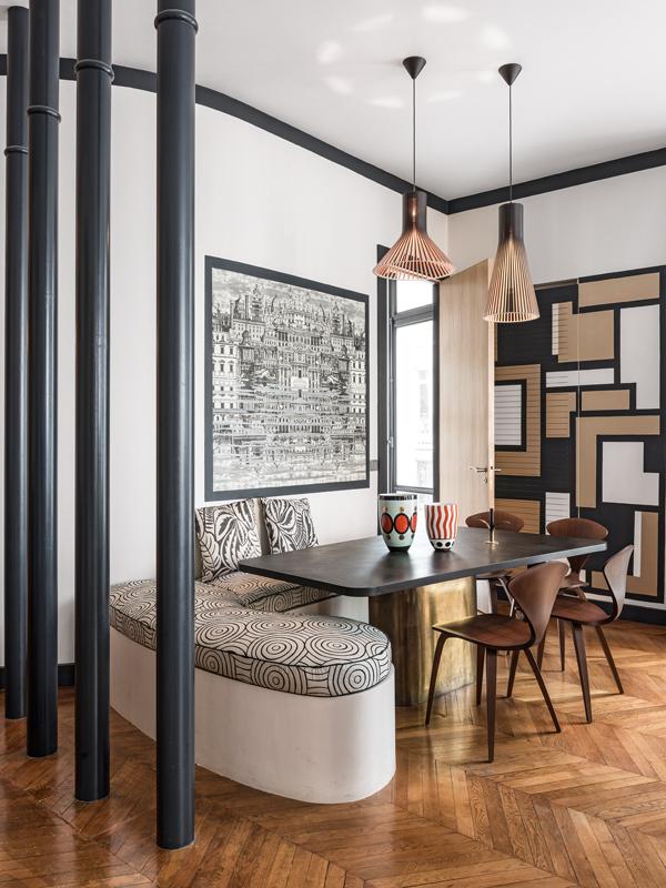 In der Essecke von Anne-Sophie Pailleret, Innenarchitektin aus Paris, lässt sich das Gestaltungselement deutlich erkennen: Runde Formen, wie bei den Accessoires und den Stühlen von Cherner, sind Gegenspieler der strengen Linien auf Wänden und Türrahmen.