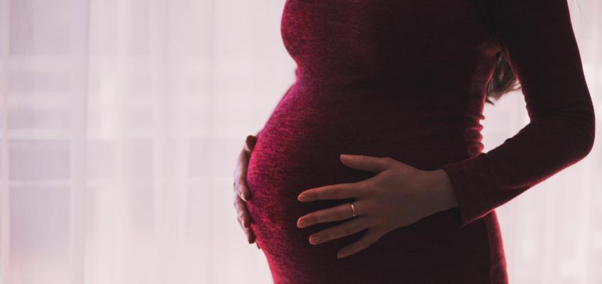 Frau mit Schwangerschaftsbauch