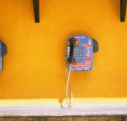 öffentliche Telefone an der Wand