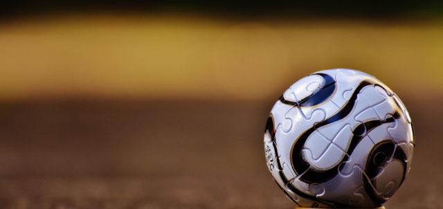 Fußball liegt auf Sportplatz