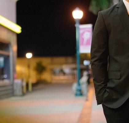 Mann im Anzug auf Straße