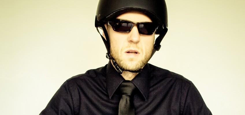 Mann mit Helm und Sonnenbrille