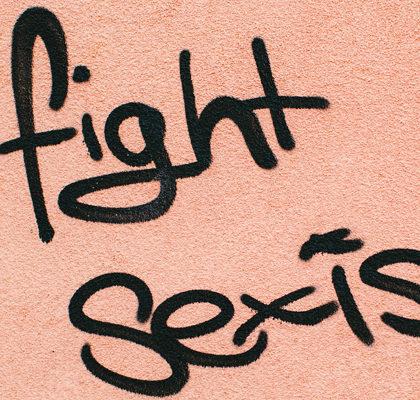Schriftzug fight sexism auf Hauswand