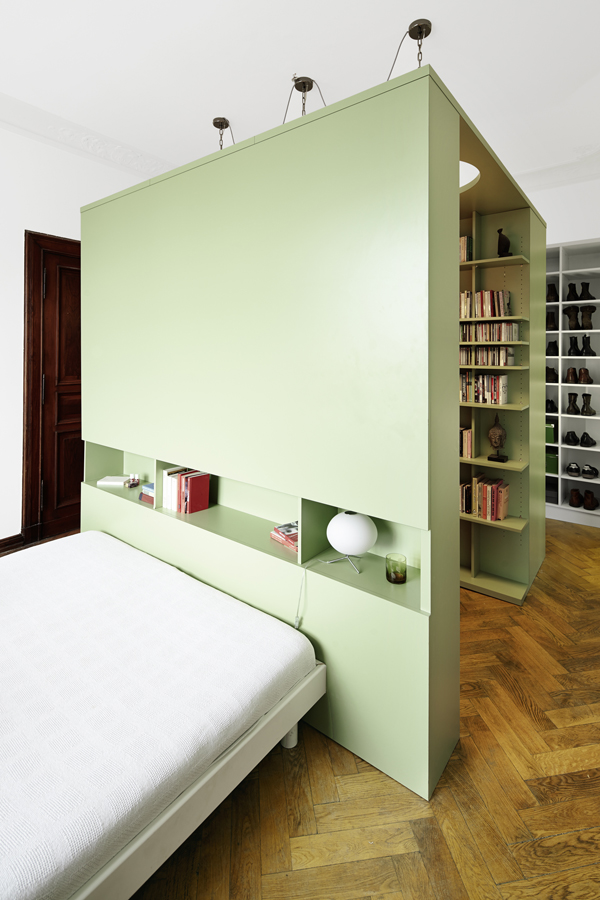 Weil seine Dunkelheit ein dorthin positioniertes Schlafzimmer wenig stört, wollte ein Berliner es mit einer Bibliothek zusammenlegen. Die Lösung der Architekten? Ein genialer Einbau.