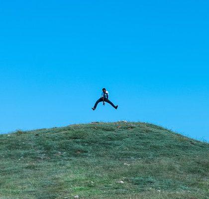 Mann macht Luftsprung