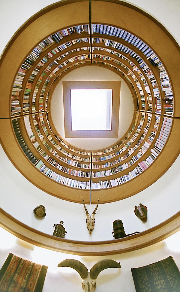 Bücher zu integrieren war auch der Wunsch eines amerikanischen Autors. Die Architekten wussten auch hier Rat und bauten ein Regalsystem, das über ihm und seinen Gedanken zu schweben scheint.