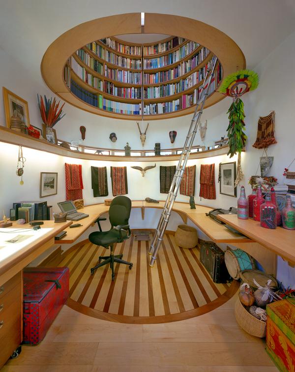 Wie ein Hut aus Büchern ragt jetzt ein Bibliothekszylinder über seinem Schreibtisch. Die Rotunde lässt sich durch eine im Kreis anlegbare Leiter ersteigen und erhält Tageslicht über ein eigenes Dachfenster.