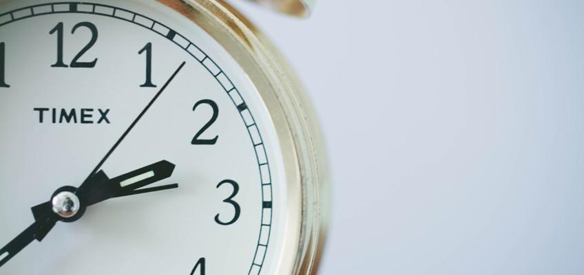 Uhr zeigt die Zeit 20 vor 3 an