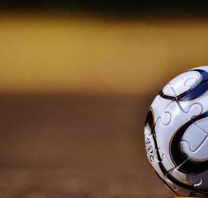 Fußball liegt auf Platz