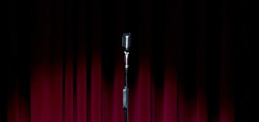 Mikrofon vor rotem Vorhang