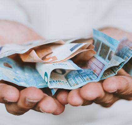 Hand voll mit Geldscheinen