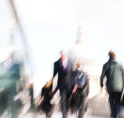 Verschwommene Menschen auf dem Weg ins Büro
