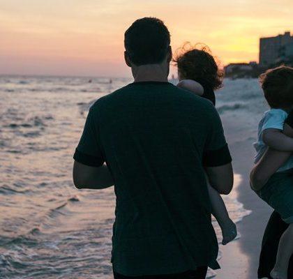 Eltern mit Kindern am Strand