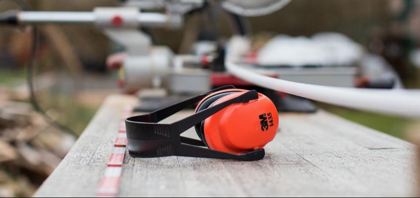 Lärmschutzkopfhörer liegen auf Tisch