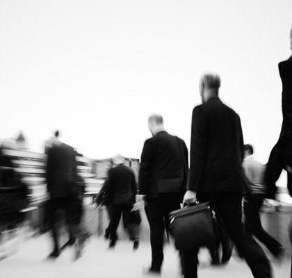 Männer in Anzügen und Aktentaschen auf Straße