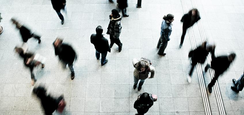 Menschen auf Bahnsteig