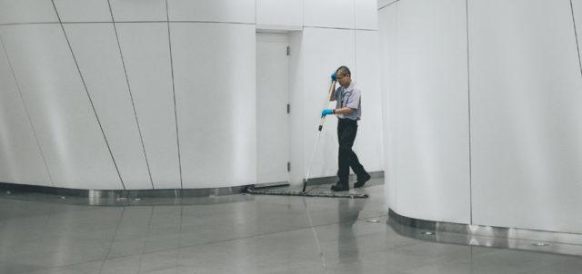 Mann wischt Boden
