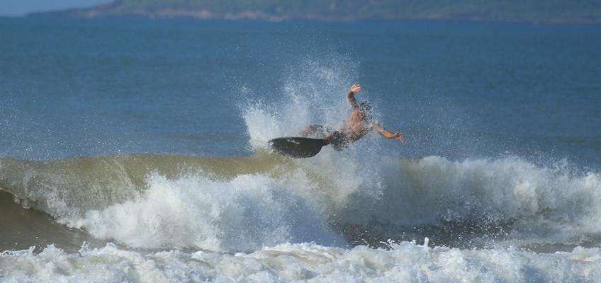 Surfer fällt ins Wasser