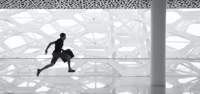 Mann rennt mit Aktentasche in der Hand