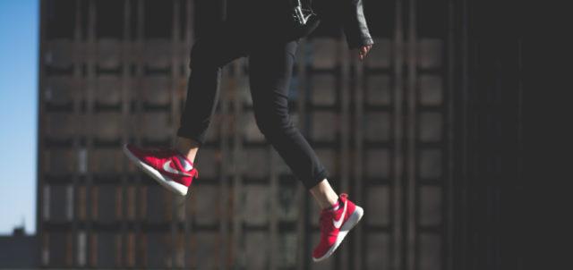 Person macht Luftsprung