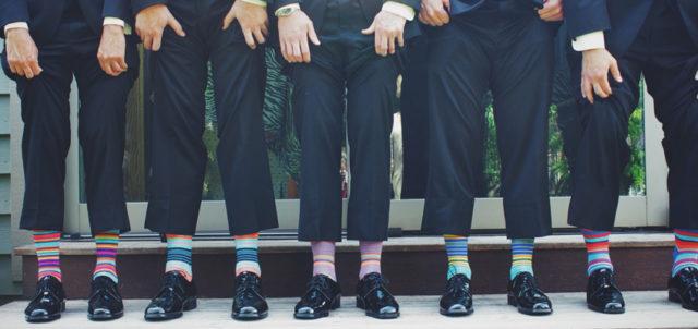 Männer ziehen die Hosenbeine hoch
