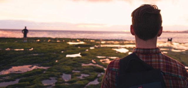 Mann schaut auf Meer