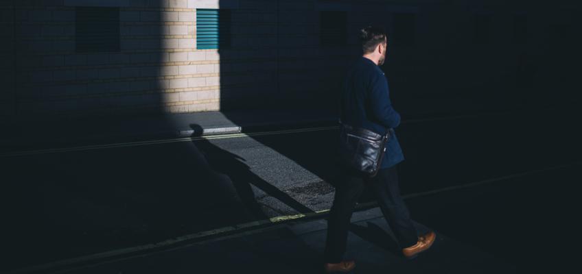 Mann geht auf Straße