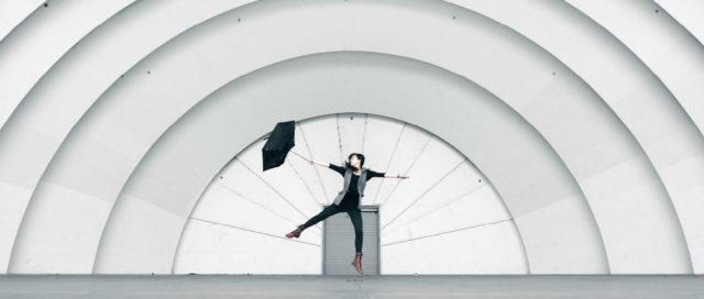 Frau mit Regenschirm